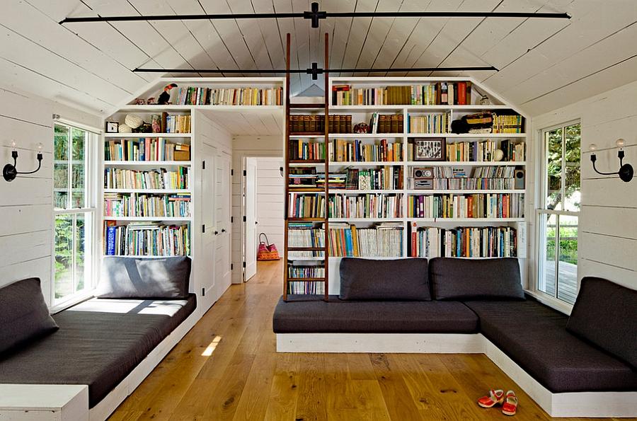 Высокий блок книжных полок в гостиной