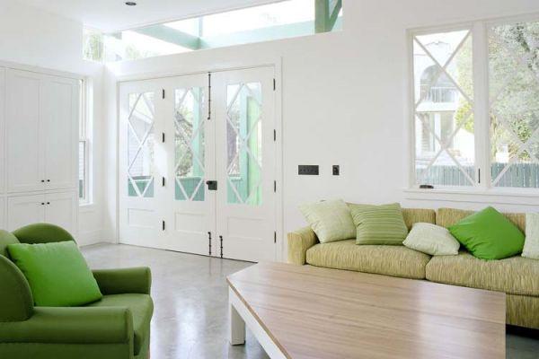 Акценты из яркой мебели и подушек придают комнату позитива и свежести