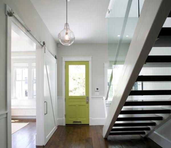 Нежно-зеленая дверь на нейтрально-белом фоне.