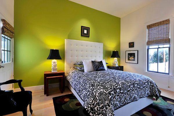 Яркая и сочная лаймовая стена в черно-белом интерьере спальни.