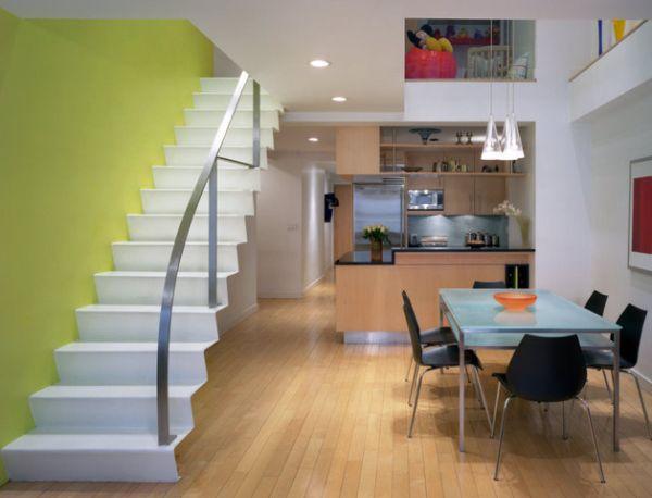 Красивая желто-зеленая стена очень игриво дополняет дизайн дома.