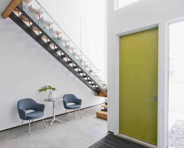 Аккуратный броский акцент в прихожей в виде ярко-зеленой двери.