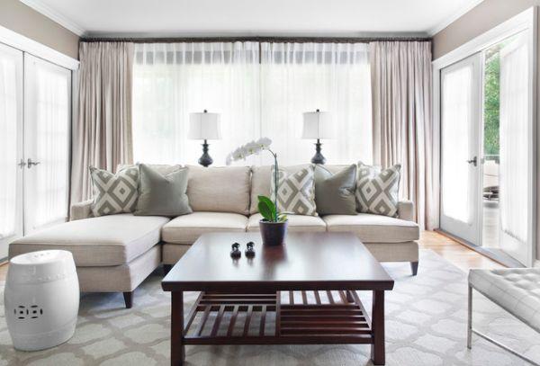 Современная серо-белая гостиная с контрастным зеленым акцентом