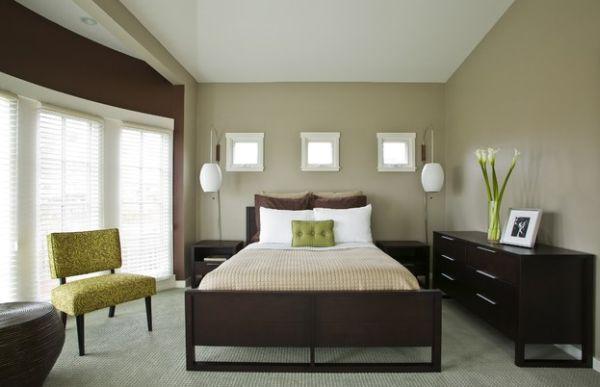 Небольшие зеленые акценты в строгом дизайне спальни