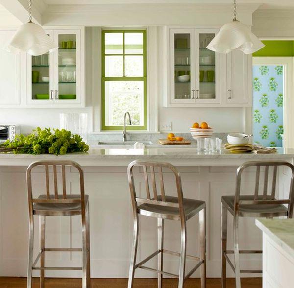 Яркая посуда и отделка шкафов отлично сочетается со свежестью зелени.