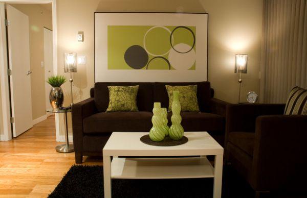 Зеленые акценты на фоне шоколадной мебели комнаты.