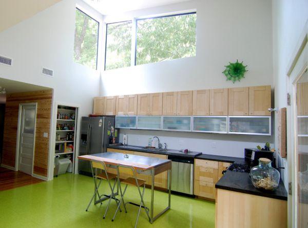 Глянцевый пол – идеальное решение для современной кухни.