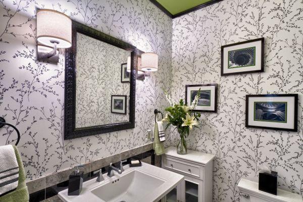 Небольшие декоративные штрихи в зеленом цвете для контрастного дизайна ванной.