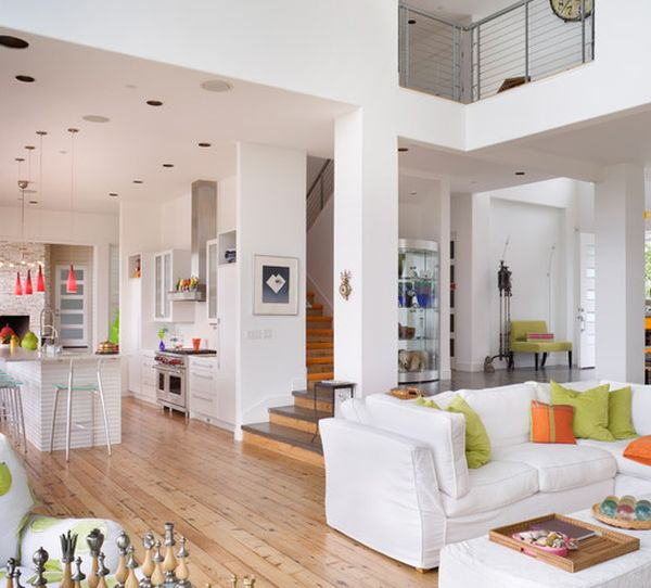 Просторный и светлый дом с ярким оранжевым, розовым и зеленым декором.