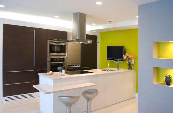 Яркая лаймовая стена в строгом и сдержанном дизайне кухни.