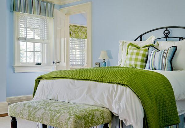 Идеальный пример использования зеленого декора в дизайне спальни.