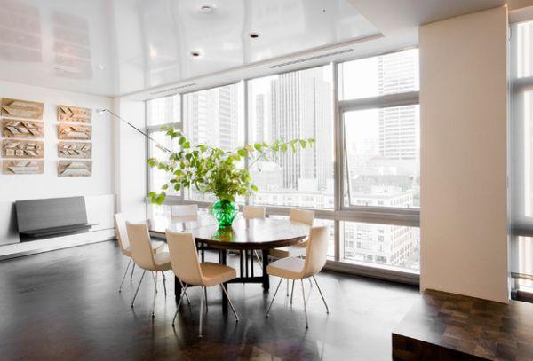 Стеклянна ваза из изумрудного стекла - центральный акцент интерьера столовой.