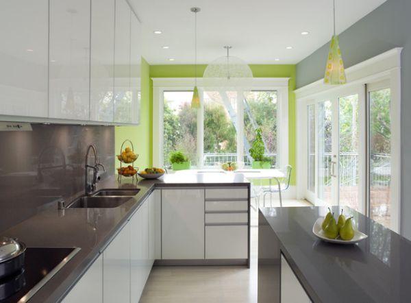 Зелень снаружи выгодно подчеркивает декор кухни