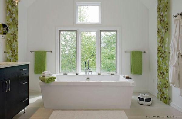 Декоративные панели и махровые полотенца в нежно-зеленых оттенках.