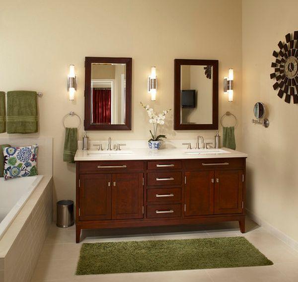 Сочетание изумрудных полотенец и махрового коврика в ванной комнате.