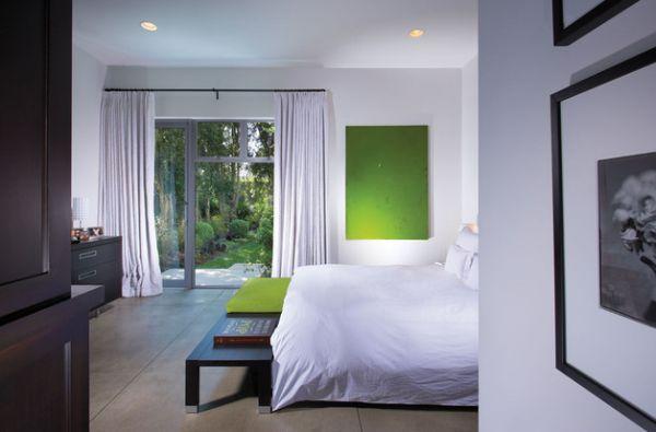 Несколько насыщенных изумрудных акцентов в эклектичном дизайне спальни.