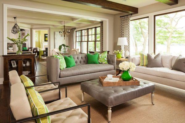 Яркий и броский декор на фоне землистых оттенков гостиной.