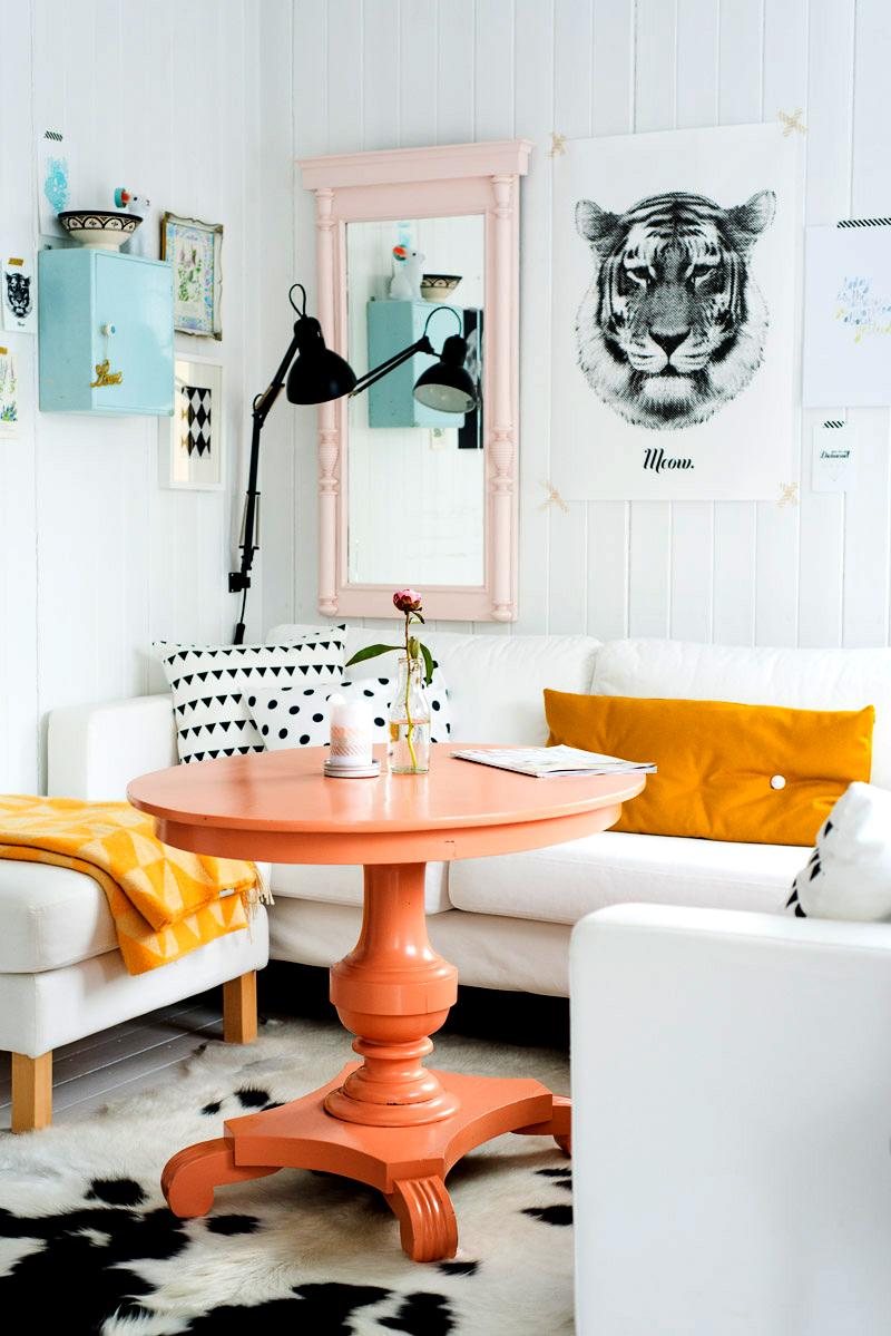 Оранжевый столик круглой формы в интерьере