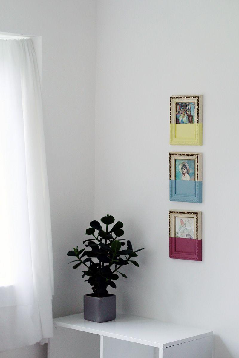 Картины в погружных рамах на стене