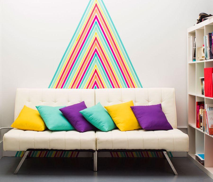 Стена, украшенная разноцветной лентой