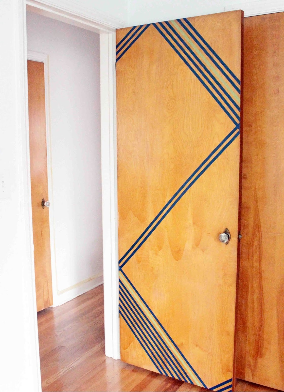 Деревянная дверь, декорированная краской