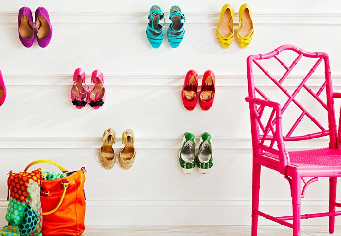 Обувь подвешанная на молдинги на стене