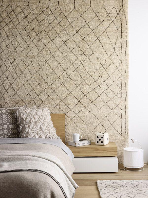 Светло-коричневый ковер на стене