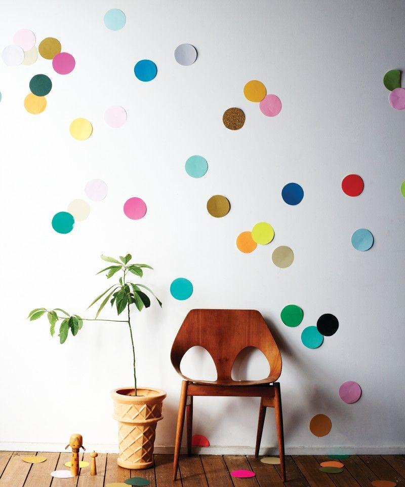 Декор на стене из конфети большого размера