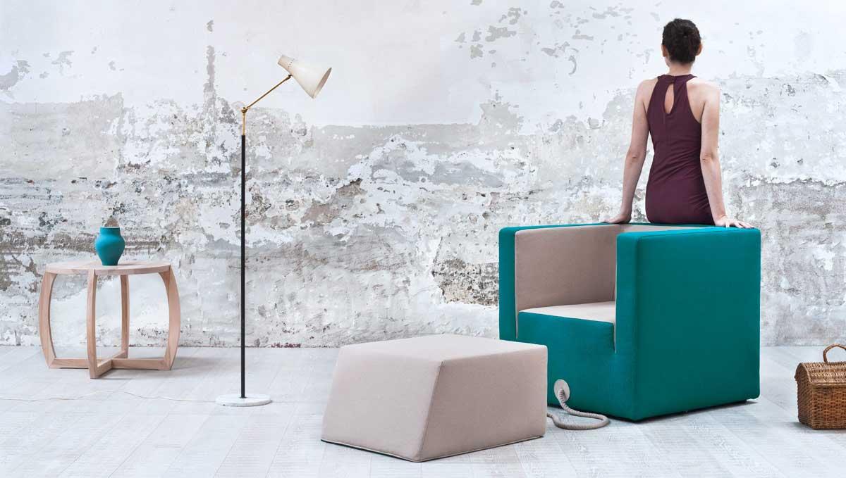 Чудесное кресло, светильник, стол