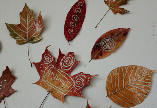 Декор осенними листьями - необычная роспись