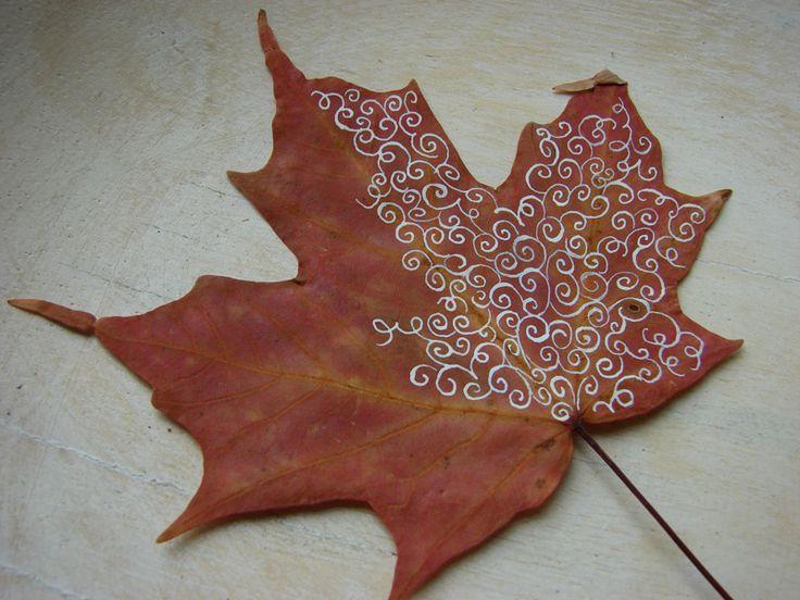 Декор осенними листьями - красивая роспись на кленовом листе