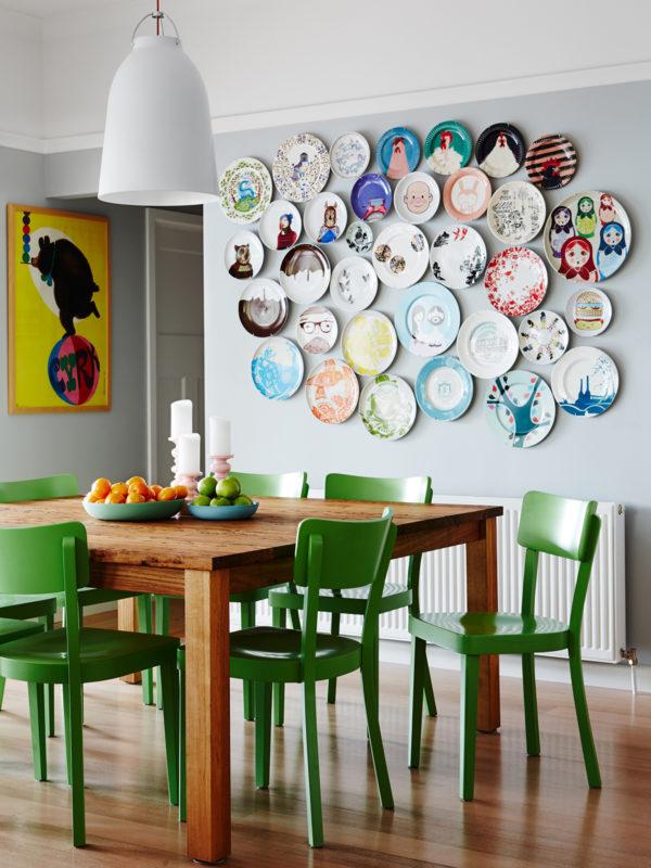 Декор семейного дома: яркие тарелки на стенах