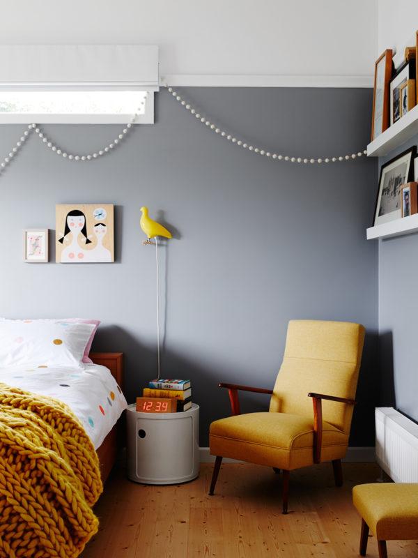 Декор семейного дома: необычные бусы на стене