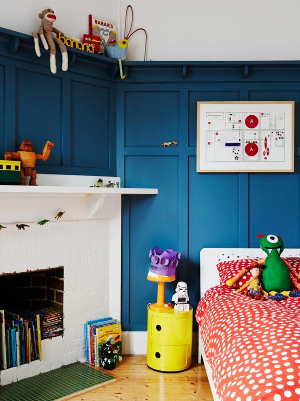 Декор семейного дома: разнообразные игрушки в комнате