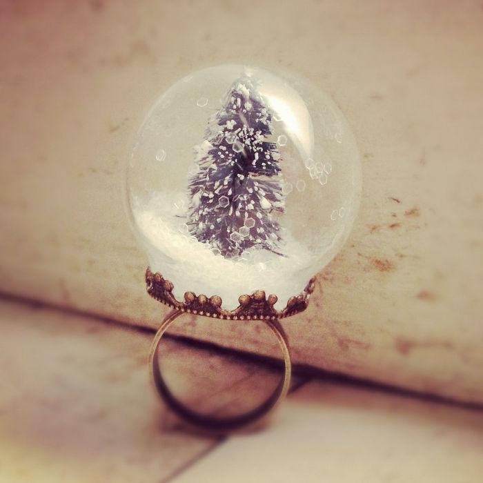 Снова новогодняя елочка, окруженная снегом