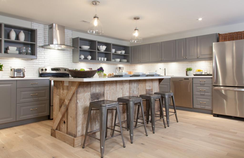 Барная стойка, отделанная деревом в интерьере кухни