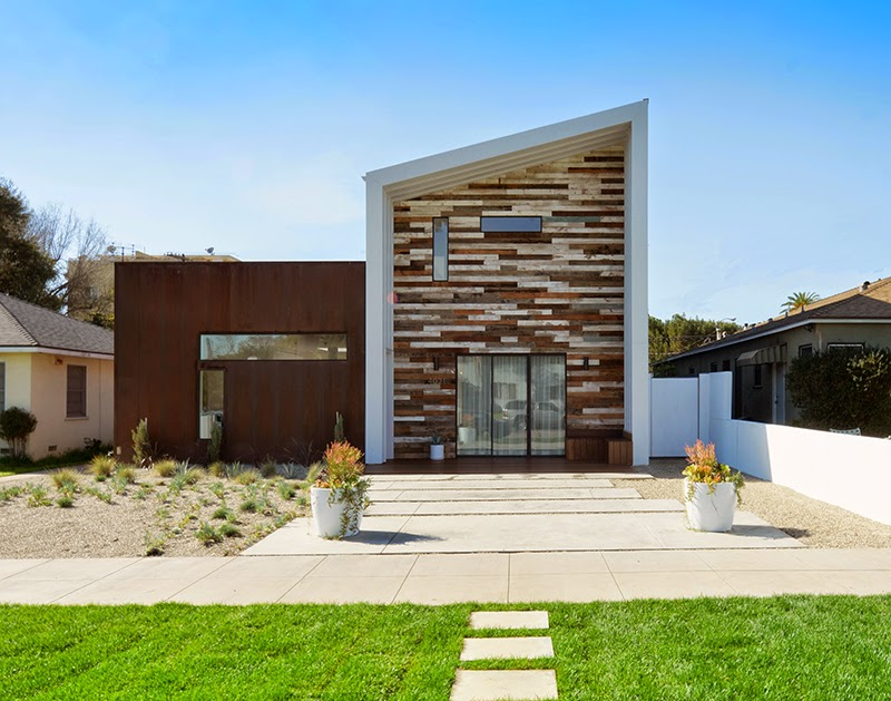 Экстерьере дома в ультрасовременном стиле с деревянной отделкой