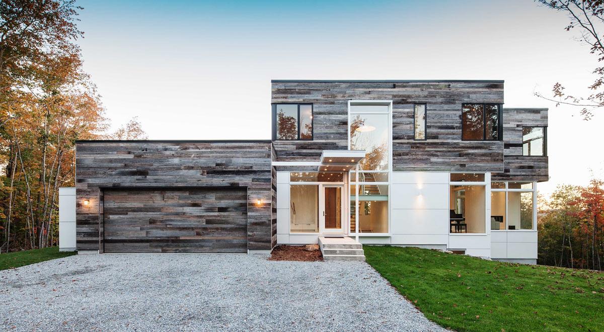 Современный фасад дома из стекла и дерева