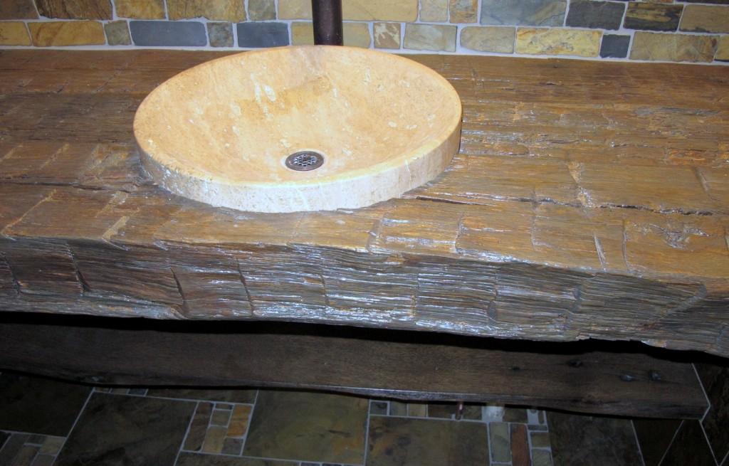 Необычный деревянный умывальник в интерьере ванной