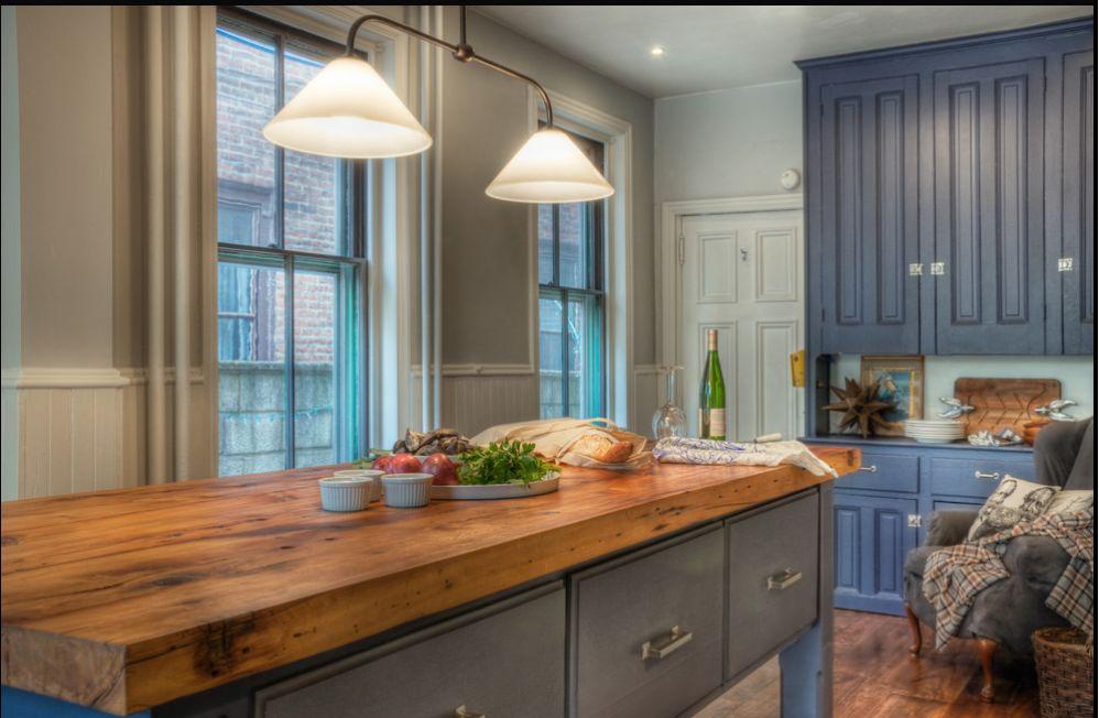 Массивная деревянная столешница в интерьере кухни