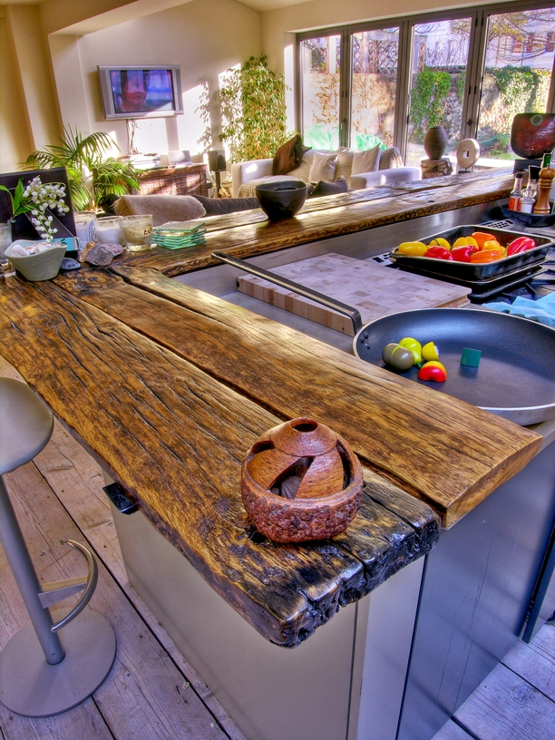 Дизайн столешницы барной стойки из натурального дерева в интерьере кухни