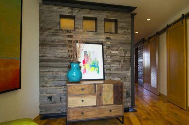 Отделка стены деревом в интерьере гостиной