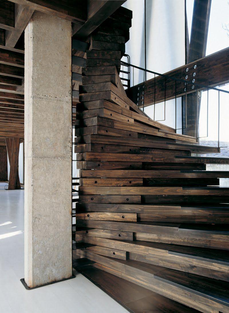 Необычная деревянная лестница в интерьере дома