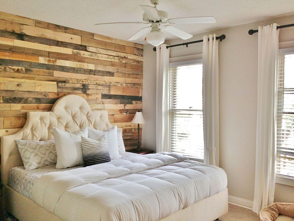Стена у изголовья кровати, отделанная деревом в интерьере спальни
