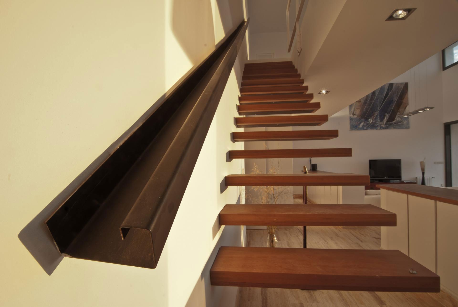 Деревянная лестница в интерьере - Фото 2