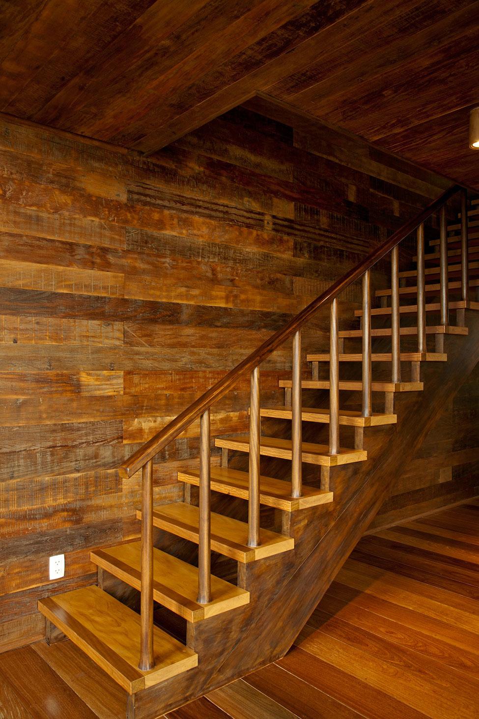 Деревянная лестница в интерьере - Фото 7