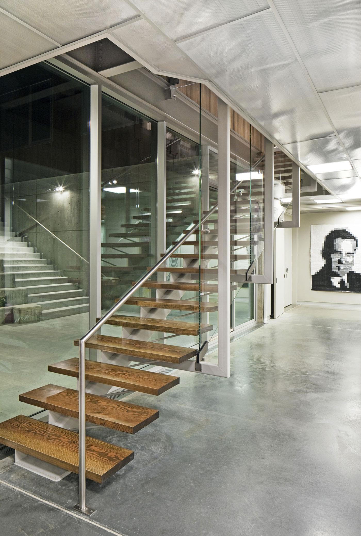 Деревянная лестница в интерьере - Фото 8