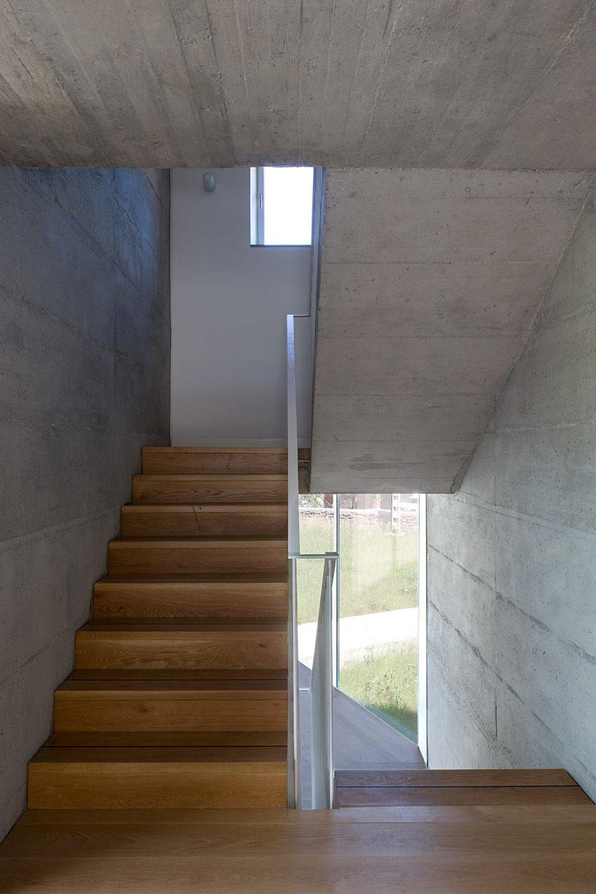 Деревянная лестница в интерьере - Фото 11
