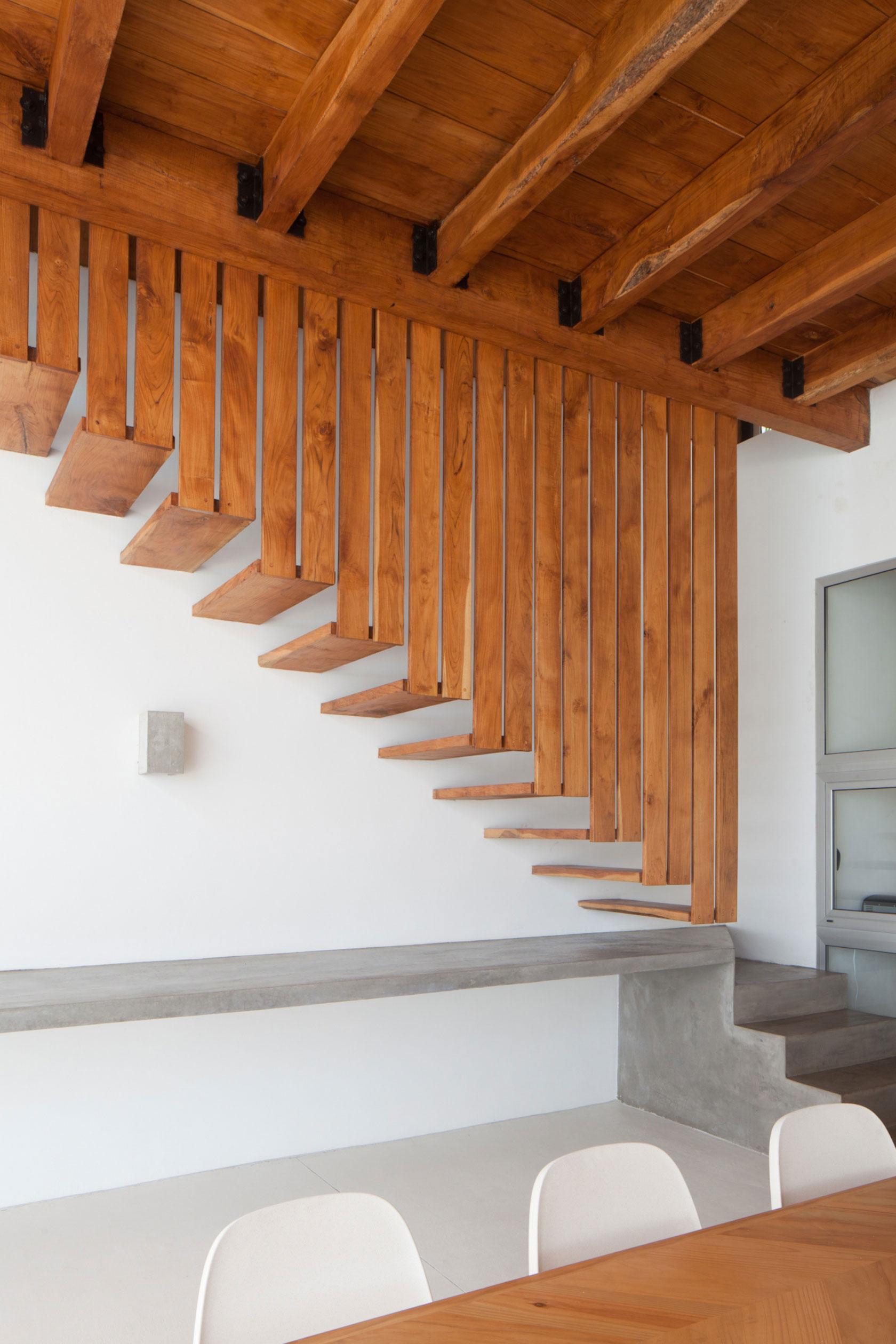Деревянная лестница в интерьере - Фото 12