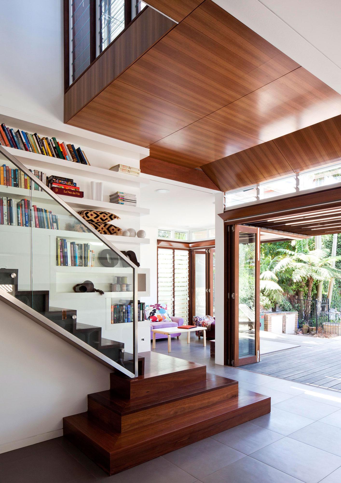 Деревянная лестница в интерьере - Фото 14